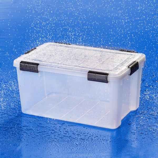 Wasserdichte transparente Kunststoffbox im Regenschauer
