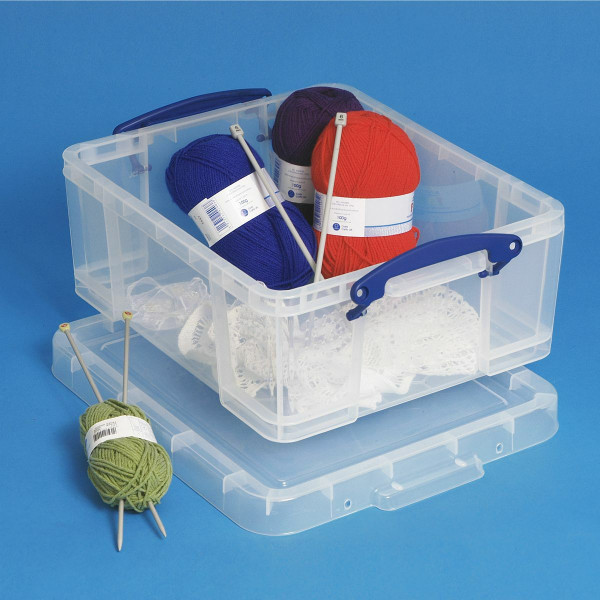 Really Useful Box 18 L mit Strickwolle und Stricknadeln gefüllt