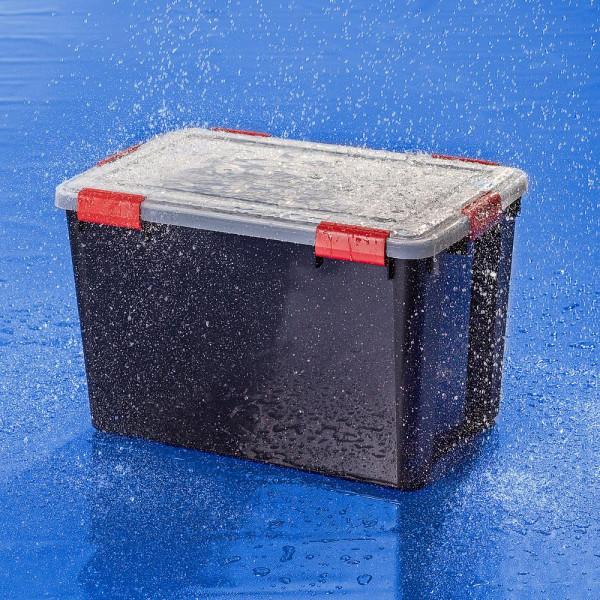 Wasserdichte schwarze Kunststoffbox von IRIS 70 Liter im Regenschauer